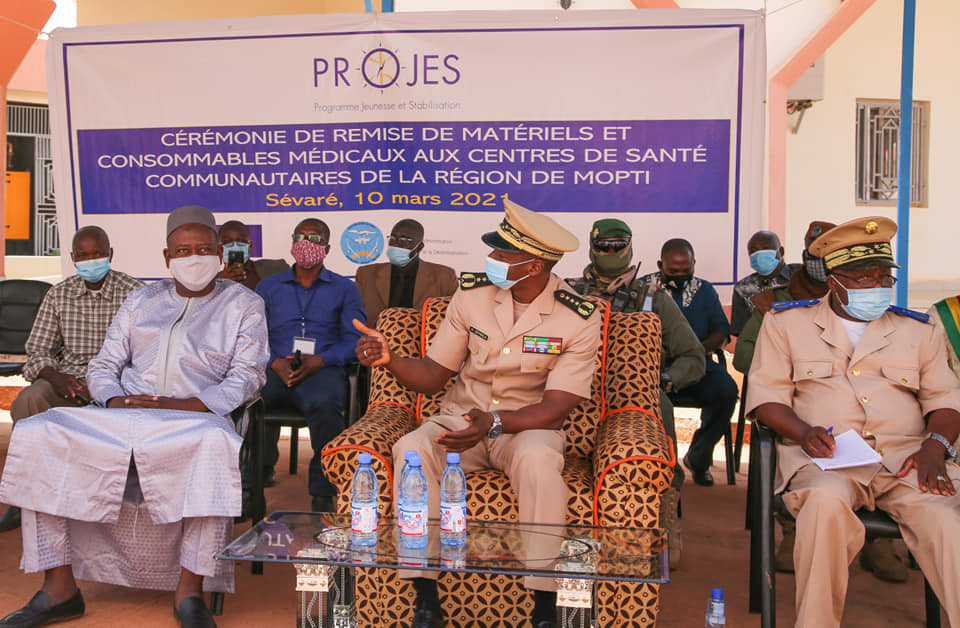 Mopti – Projes Mali équipe 5 Centres de santé communautaires (CSCOM) en matériels médicaux et mobiliers bureautiques